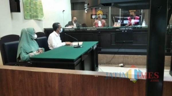 Siti Nurul Alimatul Jannah bacalon kades Desa Slateng ditemani kuasa hukumnya saat menjalani sidang gugatan panitia Pilkades (foto : Moh. Ali Makrus / Jember TIMES)