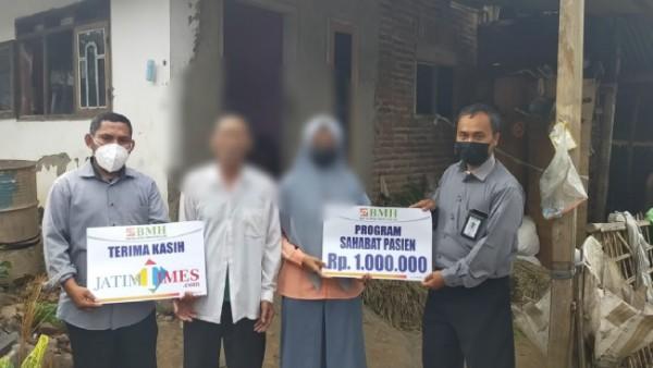Tim BMH gerai Malang yang memberikan bantuan sembako dan uang tunai terhadap remaja yang alami kelainan ini kelamin di ganda (Ist)
