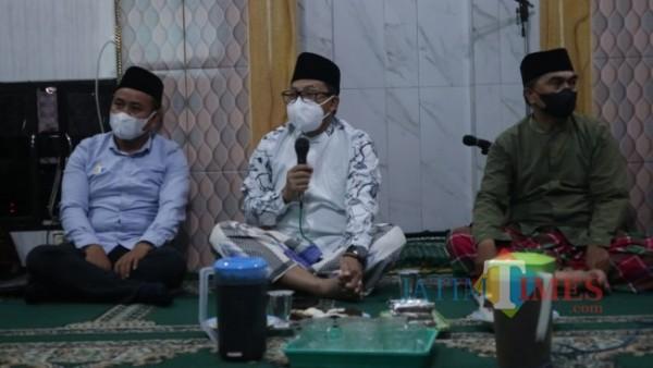 Wali Kota Malang Drs Sutiaji (pegang mic) saat memberi arahan kepada masyarakat sekitar Masjid Al Istiqomah Jodipan Wetan (foto: Ahmad Amin/MalangTIMES)