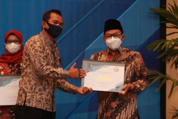 Wali Kota Malang Sutiaji (kanan) saat menerima penghargaan TPID Kinerja Terbaik se Jawa-Bali 2021. (Foto: Humas Pemkot Malang for MalangTIMES).