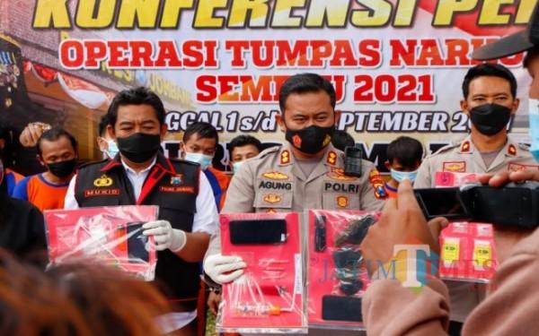 (tengah) Kapolres Jombang AKBP Agung Setyo Nugroho saat menunjukkan barang bukti ungkap kasus narkoba. (Foto : Adi Rosul / JombangTIMES)