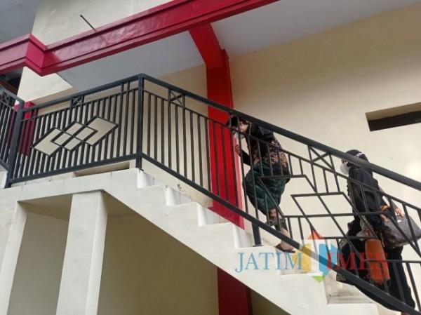 Idris Al Marbawi atau Gus Idris saat menuju ruang penyidik di Mapolres Malang. (foto: Hendra Saputra/MalangTIMES)