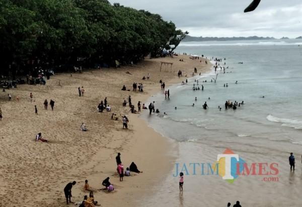 Pantai Balekambang, salah satu wisata andalan di Kabupaten Malang.(foto: Riski Wijaya/MalangTIMES).