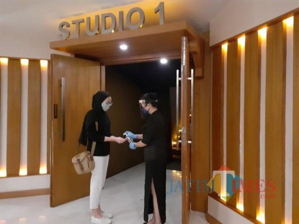 Suasana saat akan memasuki gedung bioskop di Kota Malang. (Arifina Cahyanti Firdausi/MalangTIMES).