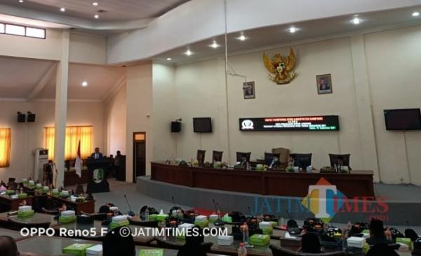Suasana saat berlangsungnya rapat paripurna penyampain nota penjelasan bupati Sampang tentang raperda PAPBD di ruang graha DPRD.Kamis(16/9/2021)foto(Abd Syukur/Sampang TIMES)