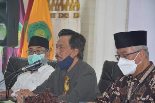 Dari kiri, Ketua Senat UIN Maliki menerima Prof Muhtadi Ridwan, Rektor UIN Maliki Malang Prof Zainuddin dan Wakil Rektor IV Dr Isroqunnajah MAg (Ist)