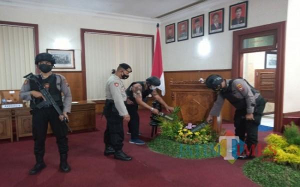 Petugas kepolisian tampak mensterilisasi gedung DPRD Tulungagung. (Foto: Humas Polres for Tulungagung TIMES).