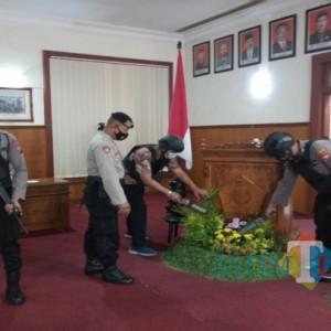Petugas Sterilkan Kantor DPRD Tulungagung Jelang Penyampaian Visi Misi Calon Wakil Bupati