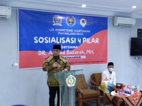 Wakil Ketua MPR RI Dr Ahmad Basarah tengah memberikan sosialisasi empat pilar di UKW PWI Malang Raya. (Anggara Sudiongko/MalangTIMES)