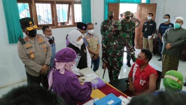 Gubernur Jatim Khofifah Indar Parawansa saat memantau proses vaksinasi (foto: Humas Polres Malang for MalangTIMES)