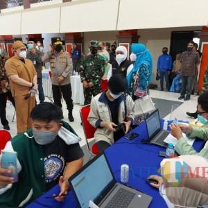 Dorong Herd Immunity, Khofifah Bersama Forkopimda Jatim Kunjungi Vaksinasi Massal di UB