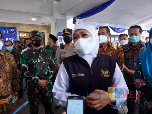 Gubernur Jawa Timur Khofifah Indar Parawansa saat ditemui pewarta seusai memberikan sambutan pada gelaran vaksinasi massal di Universitas Brawijaya, Sabtu (18/9/2021). (Foto: Tubagus Achmad/ JatimTIMES)