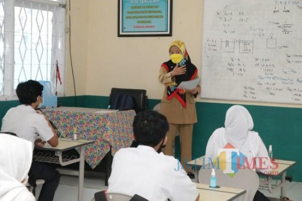 PTM salah satu sekolah Kota Batu. (Foto: Irsya Rich/MalangTIMES)