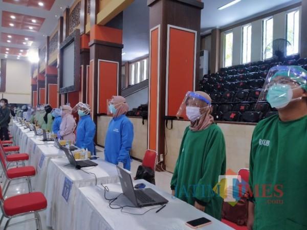 Para nakes yang diminta berdiri dengan sikap sempurna oleh gubernur Jatim saat kegiatan vaksinasi di UB (Anggara Sudiongko/MalangTIMES)
