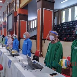 Kunjungi Vaksinasi di UB, Gubernur Minta Para Nakes Berdiri Sikap Sempurna