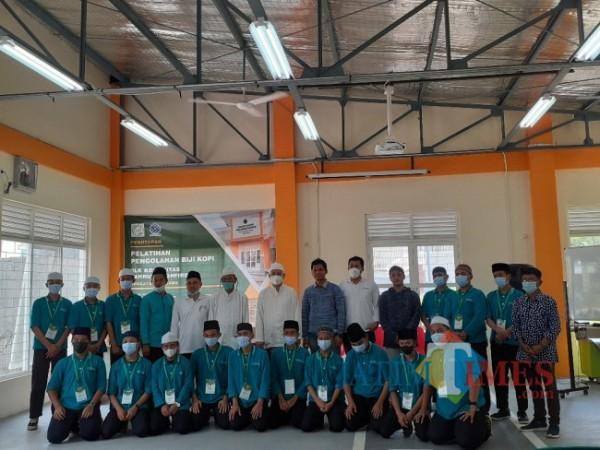 Penutupan pelatihan pengolahan biji kopi bagi santri di Pondok Pesantren Bahrul Maghfiroh Malang. (Arifina Cahyanti Firdausi/MalangTIMES).