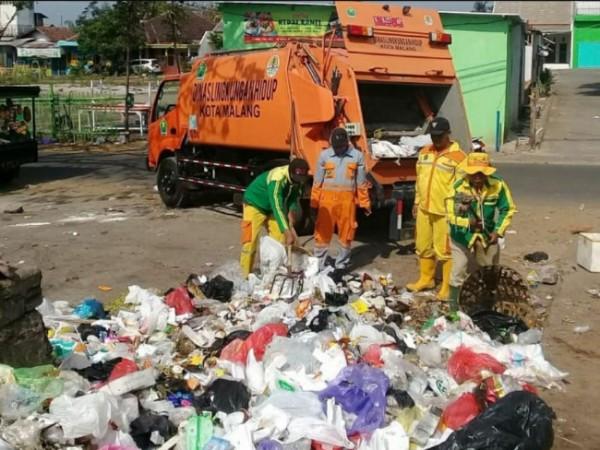 Petugas DLH Kota Malang saat proses memasukkan sampah ke dalam truck Compactor. (Foto: Instagram @dlhkotamalang).