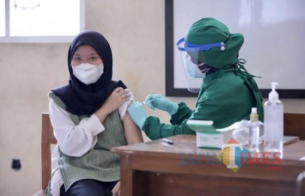 Salah satu pelajar saat disuntikkan vaksinasi Covid-19 di SMKN 3 Batu. (Foto: Irsya Richa/MalangTIMES)