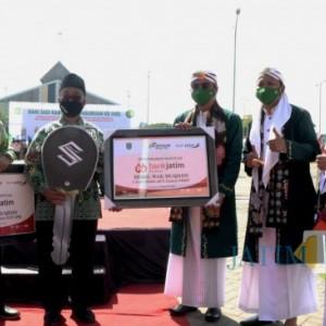 Bank Jatim Serahkan 2 Unit Mobil Wak Muqidin Melalui CSR