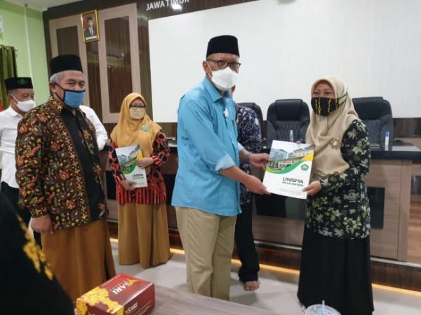Rektor Unisma Prof Maskuri secara simbolis memberikan hadiah beasiswa kepada guru LP Ma'arif NU berprestasi (foto: istimewa)