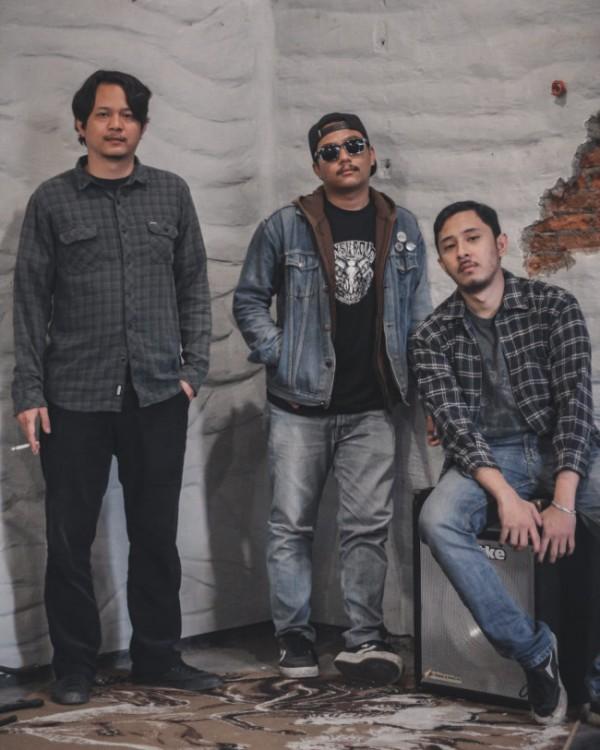 Ketiga personel dari Bad Influents. (Foto: Johnny Bstrd Music)