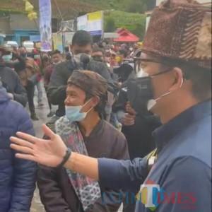 Kunjungi Lumajang,  Menteri Sandi Uno Dicegat Takmir Masjid Gunung Semeru