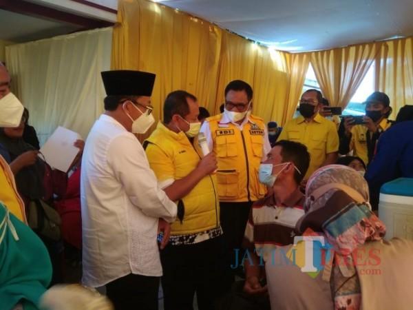 Suasana vaksinasi di kantor DPD Partai Golkar Kota Malang. (Arifina Cahyanti Firdausi/ MalangTIMES).