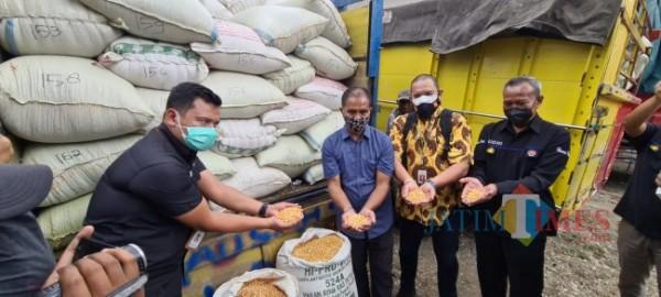 Suroto mendapat bantuan jagung dari Presiden Jokowi.(Foto : Team JATIMTIMES)