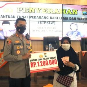 Polres Malang Salurkan Bantuan Uang Tunai Rp 1,2 Juta kepada Pedagang Kecil di Kabupaten Malang