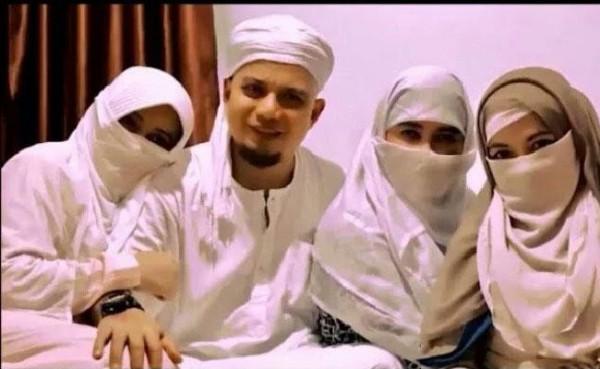 Almarhum Ustaz Arifin Ilham bersama 3 istrinya (Foto: Tempo)