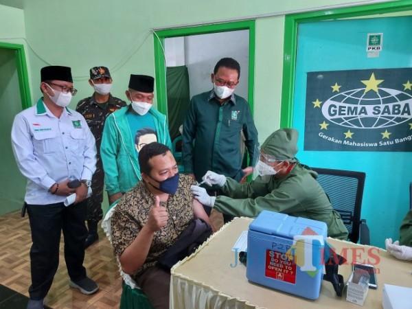Anggota Komisi IX DPR RI Ali Ahmad bersama Ketua DPC PKB Kota Malang Fatchullah saat meninjau vaksinasi di Kantor DPC PKB Kota Malang, Rabu (22/9/2021). (Foto: Tubagus Achmad/JatimTIMES)