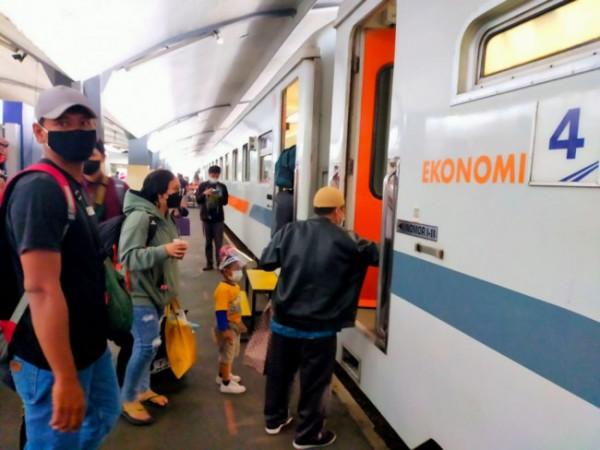 Penumpang yang akan memasuki gerbong ekonomi di salah satu stasiun di wilayah Daop 8 Surabaya. (Foto: Humas PT KAI Daop 8 Surabaya)
