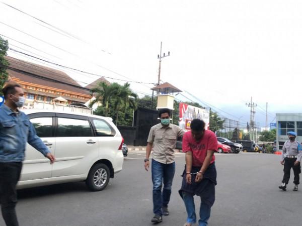Pelaku jambret berinisial GA (kaus merah) saat digelandang Tim Resmob menuju ruangan Satreskrim Polresta Malang Kota, Rabu (22/9/2021) sore. (Foto: Istimewa)