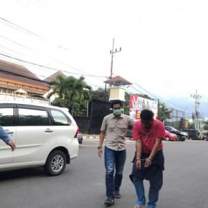 Handphone Dijambret, Dua Perempuan Kejar dan Tabrak Pelaku