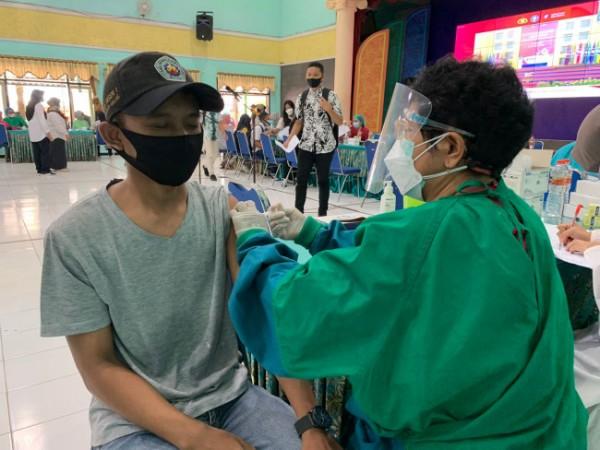 Proses vaksinasi yang diikuti warga Kecamatan Singosari. (foto: Humas Polres Malang for MalangTIMES)