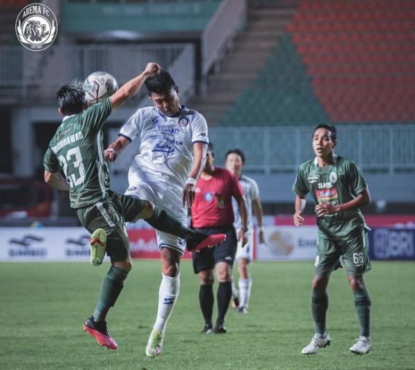 Striker Arema FC, Dedik Setiawan saat berduel dengan pemain PSS Sleman (foto: Instagram Arema FC)