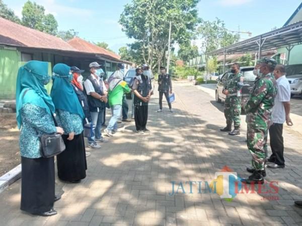 Tim juri lomba Kampung Bersinar saat berada di Kelurahan Kesatrian. (foto: Hendra Saputra/MalangTIMES)