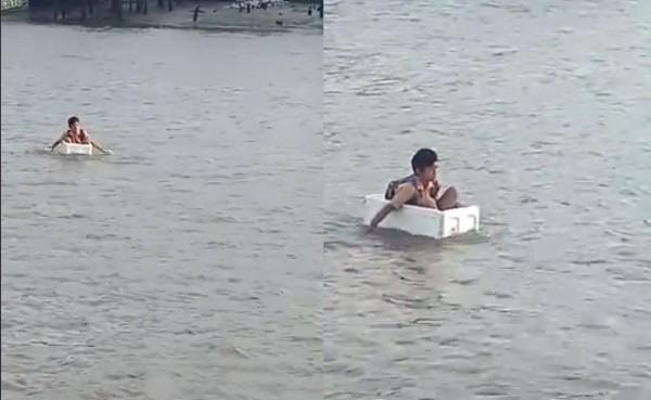 Anak SD nyebrang dengan kotak busa karena tak ada akses jembatan (Foto: TikTok)