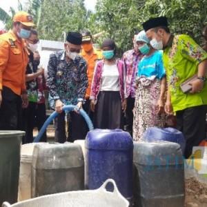 Bupati Salwa Suplai Air Bersih Warga Lumutan