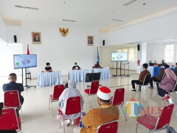 Kepala Bidang Ekonomi dan Sumber Daya Alam Bappeda Kota Malang Sudarso (tengah) saat memberikan sambutan pada gelaran Rembug Ekonomi Kreatif di Mini Block Office, Kamis (23/9/2021). (Foto: Tubagus Achmad/JatimTIMES)