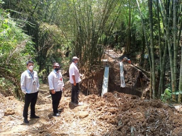 Kepala DPUPR Kota Batu Alfi Nurhidayat saat meninjau pengerjaan pembangunan jalan tembus di Kota Batu beberapa saat lalu. (Foto: istimewa)