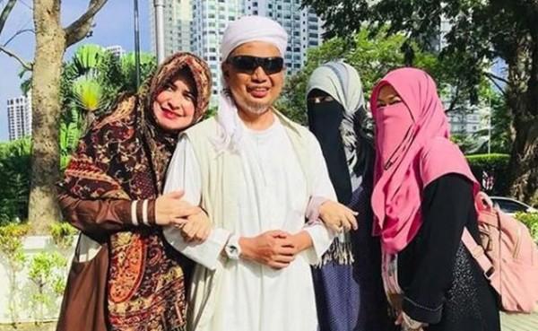 Mendiang Ustaz Arifin Ilham bersama 3 istrinya (Foto: Instagram)