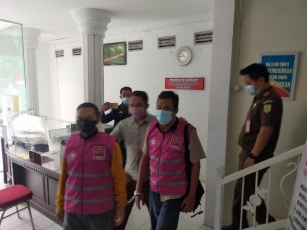 Petugas Kejari Kota Batu saat menggiring dua tersangka pengadaan lahan SMAN 3 Kota Batu ke Lapas 1A Kota Malang, Kamis (23/9/2021) sore.(Foto: Istimewa)