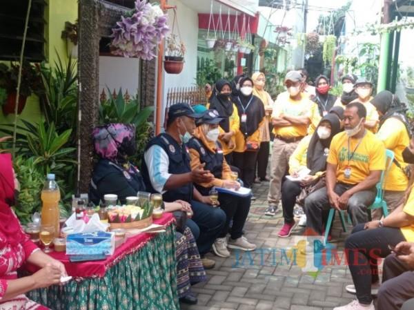 Tim juri Lomba Kampung Bersinar saat memberikan pesan kepada peserta (foto: Hendra Saputra/MalangTIMES)