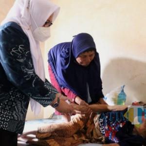 Serahkan Bansos Lansia, Wabup Gresik: Bantuan Harus Tepat Sasaran
