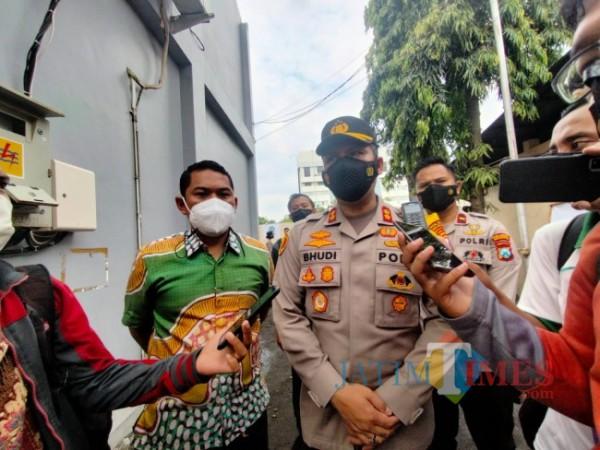 Kapolresta Malang Kota AKBP Budi Hermanto (tengah) saat ditemui awak media di Mapolresta Malang Kota, Jumat (24/9/2021). (Foto: Tubagus Achmad/JatimTIMES)