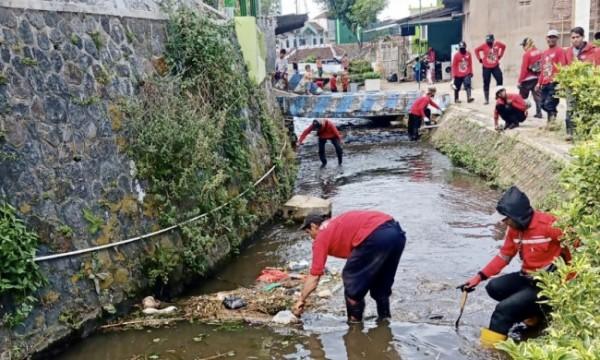 Para ASN saat membersihkan sungai di Kota Batu, Jumat (24/9/2021). (Foto: istimewa)