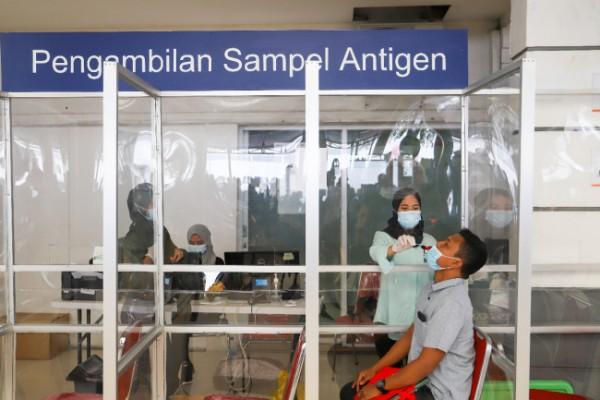 Pengambilan sampel pada proses swab antigen kepada calon penumpang di salah satu stasiun di wilayah daerah operasional (daop) 8 Surabaya. (Foto: Humas PT KAI Daop 8 Surabaya)