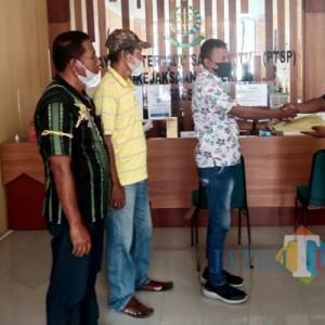 Diduga Potong Uang Bansos PKH, Warga Watuagung Laporkan Pendamping ke Kejari Gresik