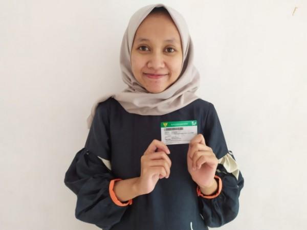 Salah satu pegawai dari PT Pahlawan Design Studio yakni Tika (28) yang sudah terdaftar sebagai peserta BPJS Kesehatan sejak 1 September 2019. (Foto: Humas BPJS Cabang Malang)